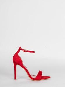 Czerwone sandały HERS.pl w stylu klasycznym z klamrami na obcasie