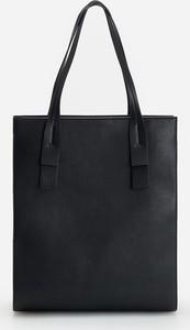 Czarna torebka Reserved w wakacyjnym stylu