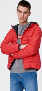 Czerwona kurtka Sinsay w młodzieżowym stylu