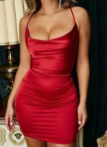 Czerwona sukienka Arilook z dekoltem w kształcie litery v dopasowana mini