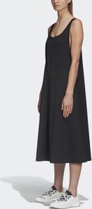 Sukienka Adidas z okrągłym dekoltem