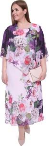 Różowa sukienka modneduzerozmiary.pl z szyfonu z okrągłym dekoltem