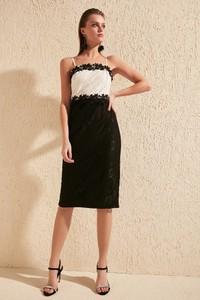 Sukienka Trendyol z dekoltem w karo midi