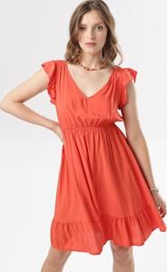 Sukienka born2be rozkloszowana z dekoltem w kształcie litery v z krótkim rękawem