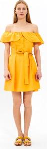 Żółta sukienka Gate z odkrytymi ramionami z bawełny w stylu casual