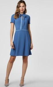 Niebieska sukienka Hugo Boss rozkloszowana z krótkim rękawem z żabotem