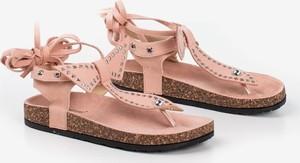 Różowe sandały Royalfashion.pl z płaską podeszwą z klamrami