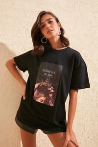 T-shirt Trendyol z nadrukiem w młodzieżowym stylu z krótkim rękawem