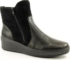Czarne botki Rieker na koturnie w stylu casual