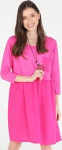Różowa sukienka Unisono z długim rękawem w stylu casual