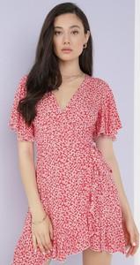 Czerwona sukienka born2be w stylu casual z dekoltem w kształcie litery v z krótkim rękawem