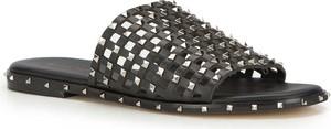 Czarne klapki Wittchen w rockowym stylu z płaską podeszwą