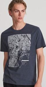 Granatowy t-shirt Reserved z nadrukiem z krótkim rękawem