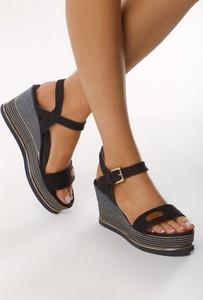 Granatowe sandały born2be z klamrami na platformie