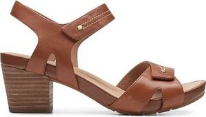 Brązowe sandały Clarks z klamrami