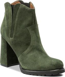 Zielone botki Solo Femme z zamszu na obcasie