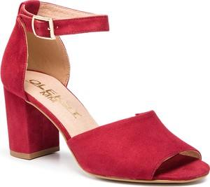 09835577 Czerwone sandały Oleksy na obcasie z klamrami z zamszu