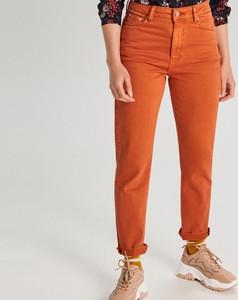 Pomarańczowe jeansy Cropp w street stylu