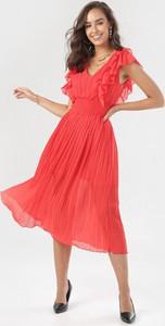 Czerwona sukienka born2be z krótkim rękawem z dekoltem w kształcie litery v rozkloszowana