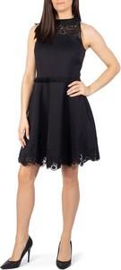 Czarna sukienka Ted Baker z okrągłym dekoltem