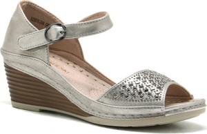 Srebrne sandały T.sokolski z klamrami na koturnie