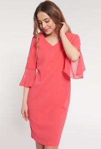 Różowa sukienka QUIOSQUE z dekoltem w kształcie litery v mini dopasowana