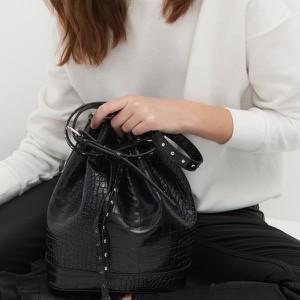 Czarna torebka Sinsay w wakacyjnym stylu