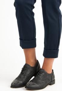 Czarne półbuty Czasnabuty sznurowane w stylu casual