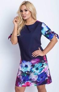 Granatowa sukienka Royalfashion.pl z krótkim rękawem w stylu casual z okrągłym dekoltem