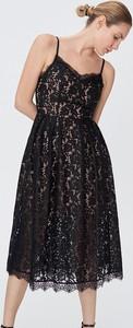 Czarna sukienka Sinsay z dekoltem w kształcie litery v rozkloszowana na ramiączkach
