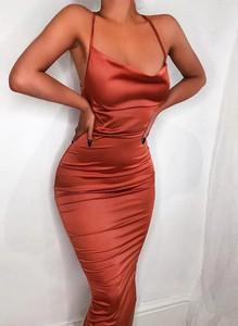 Czerwona sukienka Arilook ołówkowa na ramiączkach midi