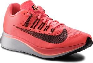 Czerwone buty sportowe Nike sznurowane z płaską podeszwą