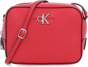 Czerwona torebka Calvin Klein średnia matowa na ramię