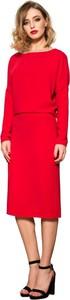 Czerwona sukienka fADD midi z okrągłym dekoltem
