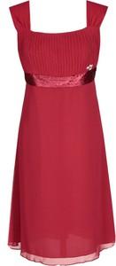 Czerwona sukienka Fokus z dekoltem w karo midi