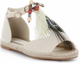 Espadryle Ideal Shoes w stylu boho z klamrami