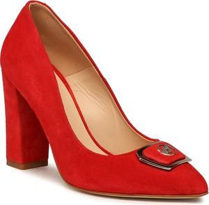 Czerwone czółenka Solo Femme ze spiczastym noskiem