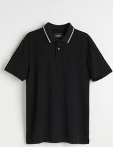 Czarna koszulka polo Reserved w stylu casual z krótkim rękawem
