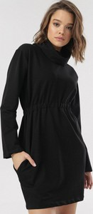 Czarna sukienka born2be mini z golfem z długim rękawem