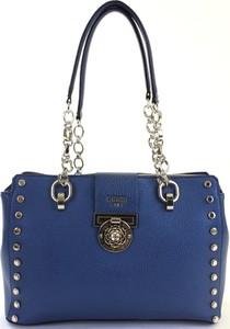 Niebieska torebka Guess średnia