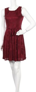 Czerwona sukienka Iska London mini z okrągłym dekoltem