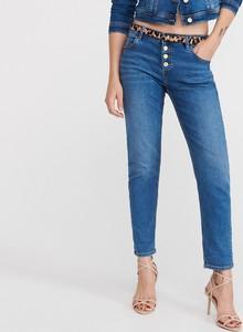 Niebieskie jeansy Reserved w street stylu