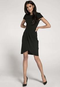 Czarna sukienka Nommo z krótkim rękawem