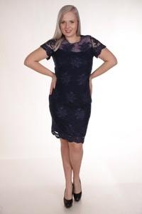 Czarna sukienka Fokus z okrągłym dekoltem midi