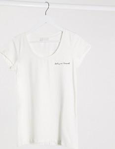 Mama Licious Mamalicious – Biały T-shirt z haftowanym napisem