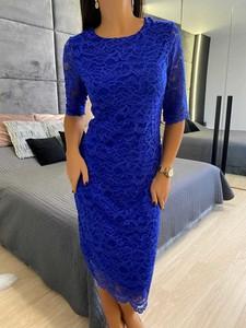 Niebieska sukienka ModnaKiecka.pl z okrągłym dekoltem midi