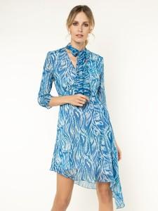 Niebieska sukienka Patrizia Pepe z żabotem