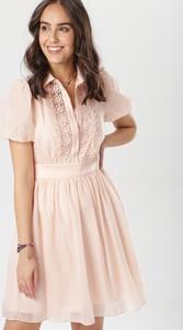 Różowa sukienka born2be w stylu casual z krótkim rękawem rozkloszowana