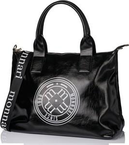 Czarna torebka Monnari na ramię w wakacyjnym stylu duża