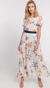 Sukienka QUIOSQUE z odkrytymi ramionami z krótkim rękawem